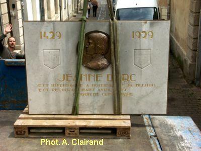 Poitiers, remise en place de la plaque de Jeanne d'Arc, 1, sur la palette