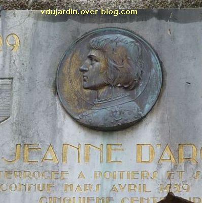 Médaillon de Prudhomme avec Jeanne d'Arc, rue de la cathédrale à Poitiers, le médaillon
