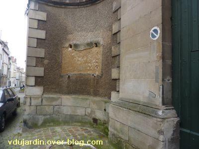 Médaillon de Prudhomme avec Jeanne d'Arc, rue de la cathédrale à Poitiers, 1, la plaque enlevée