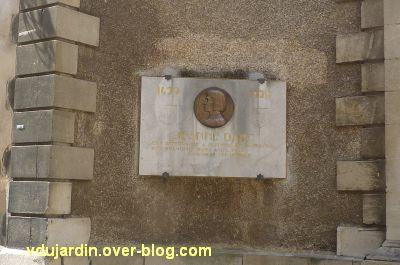 Médaillon de Prudhomme avec Jeanne d'Arc, rue de la cathédrale à Poitiers, 2, la plaque reposée