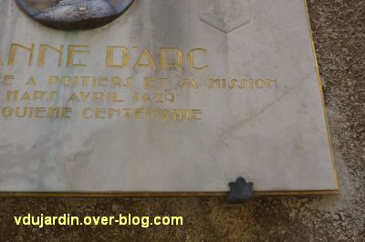 Médaillon de Prudhomme avec Jeanne d'Arc, rue de la cathédrale à Poitiers, 5, la partie restaurée