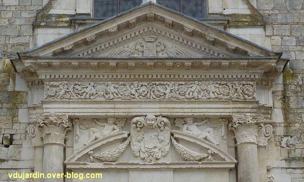 Poitiers, façade de Saint-Jean-de-Montierneuf, 3, le fronton du portail