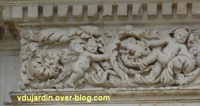 Poitiers, façade de Saint-Jean-de-Montierneuf, 5, le linteau, à gauche, deux putti et animaux
