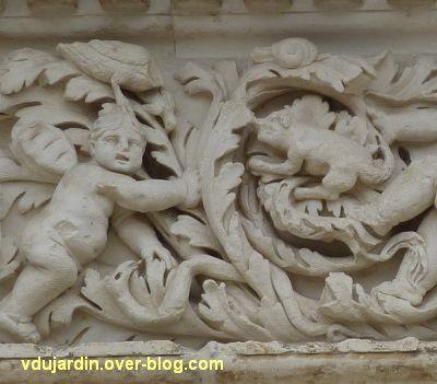 Poitiers, façade de Saint-Jean-de-Montierneuf, 7, un putti, un oiseau, un escargot et un chien