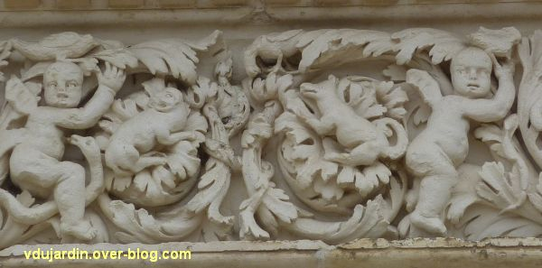 Poitiers, façade de Saint-Jean-de-Montierneuf, 10, au centre du linteau, putti et quadrupèdes