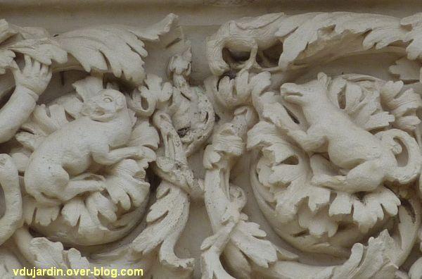 Poitiers, façade de Saint-Jean-de-Montierneuf, 11, les animaux au centre, quadrupèdes et oiseaux