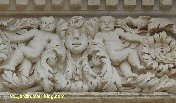 Poitiers, façade de Saint-Jean-de-Montierneuf, 13, deux putti encadrant un masque à droite