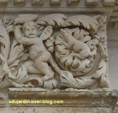 Poitiers, façade de Saint-Jean-de-Montierneuf, 14, le dernier putti à droite et peut-être un chien