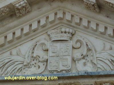Poitiers, façade de Saint-Jean-de-Montierneuf, 15, les armoiries en haut du fronton