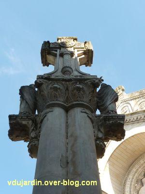 Tours, la charité de saint Martin par Varenne, 3, les colonnes et la croix vues de dos