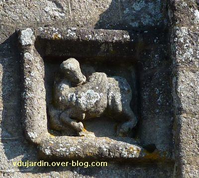 Confolens, les reliefs de l'église Saint-Barthélemy, 5, le boeuf de Luc