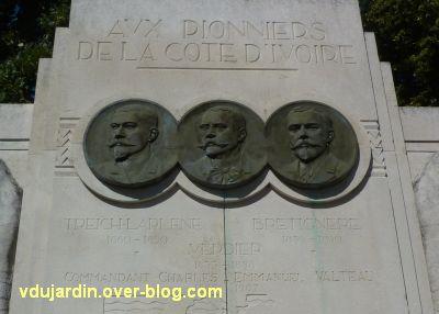 La Rochelle, les pionniers de Côte d'Ivoire, 11, les trois médaillons en haut de la stèle centrale