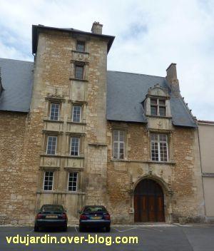 Poitiers, l'hôtel d'Estissac, 2, l'escalier et l'aile droite