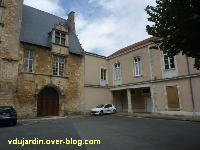 Poitiers, l'hôtel d'Estissac, 9, la partie droite de la cour