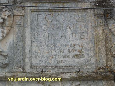 Poitiers, l'hôtel d'Estissac, 12, l'inscription du 19e siècle sur le portail