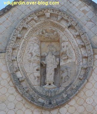 Poitiers, façade de Notre-Dame-la-Grande, la mandorle avec le Chirst et le tétramorphe.