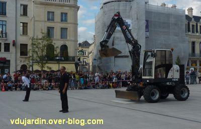 Poitiers, Dominique Boivin danse avec une pelleteuse, 2, la fin du spectacle