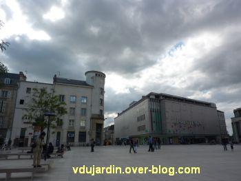 Poitiers, Dominique Boivin danse avec une pelleteuse, 3, de gros nuages