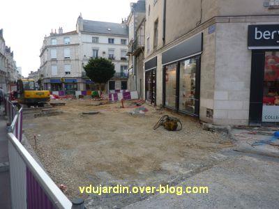 Poitiers, Dominique Boivin danse avec une pelleteuse, 4, une vraie pelleteuse à côté
