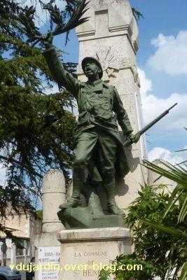 Saint-Benoît, le monument aux morts, 4, vu de face