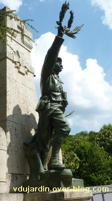 Saint-Benoît, le monument aux morts, 6, le côté droit du soldat