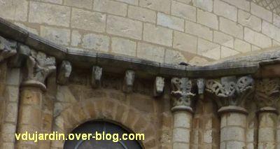 Poitiers, chevet de l'église Saint-Hilaire, aperçu de la corniche à modillons et métopes