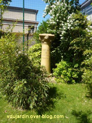 Tours, parc Mirabeau, la colonne à Baric, 1 de loin