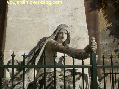 Le monument aux mobiles de la Charente à Angoulême, 5, l'épée
