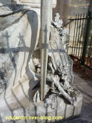Le monument aux mobiles de la Charente à Angoulême, 6, l'épée et les végétaux au sol