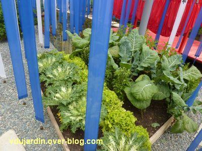 Chaumont-sur-Loire, festival 2011, le jardin 15, 2, des légumes sous des bandes de tissu bleu