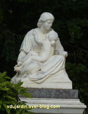 Poitiers, le bonheur maternel par Etex, 3, vu de face