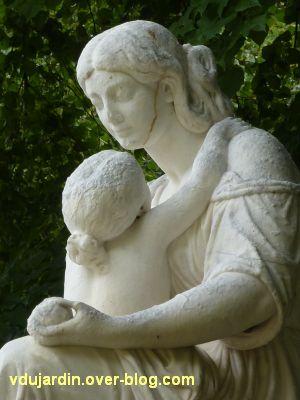 Poitiers, le bonheur maternel par Etex, 5, les têtes de l'enfant et de la mère