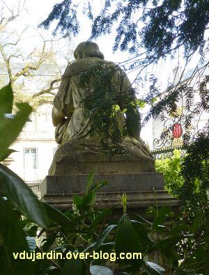 Poitiers, le bonheur maternel par Etex, 7, de dos