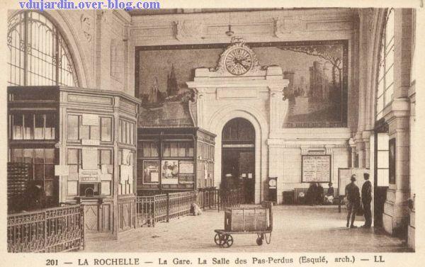 La Rochelle, l'intérieur de la gare sur une carte postale ancienne