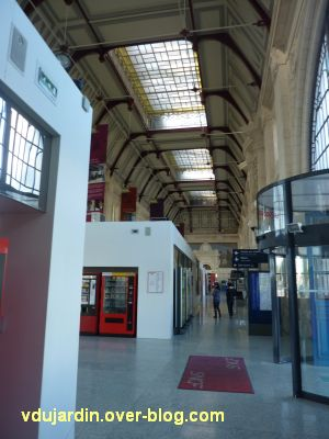 La gare de La Rochelle, 04, le hall encombré de pièces en toc