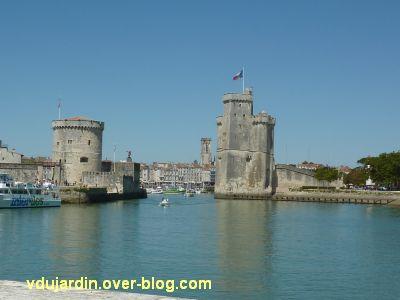 La gare de La Rochelle, 17, le vieux port avec la tour de la Chaîne et la tour Saint-Nicolas