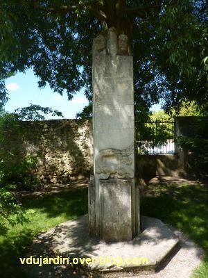 Tours, parc Mirabeau, le monument aux céramistes, 1, vue générale