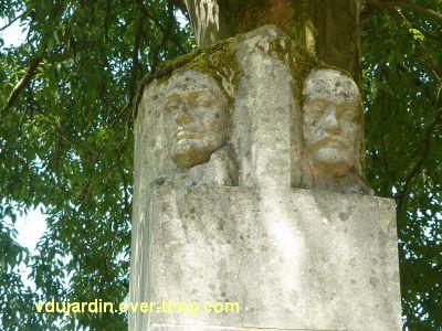 Tours, parc Mirabeau, le monument aux céramistes, 4, les deux têtes sculptées