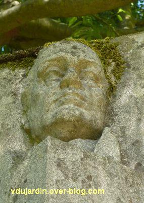Tours, parc Mirabeau, le monument aux céramistes, 5, la tête de gauche