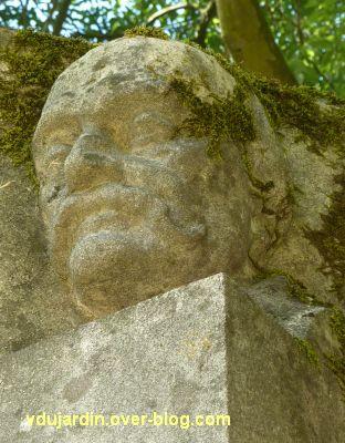 Tours, parc Mirabeau, le monument aux céramistes, la tête de droite