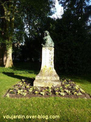 Tours, le buste de Racan par Sicard au jardin des Prébendes, 1, vu de loin