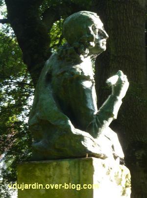 Tours, le buste de Racan par Sicard au jardin des Prébendes, 6, vu de profil