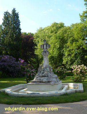 Tours, Ronsard par Delpérier aux jardins d'Oe, 1, vu de loin