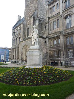 Angoulême, statue de Marguerite de Navarre par Badiou de la Tronchère, 1, vue de loin