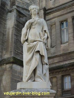 Angoulême, statue de Marguerite de Navarre par Badiou de la Tronchère, 2, vue de près, de face
