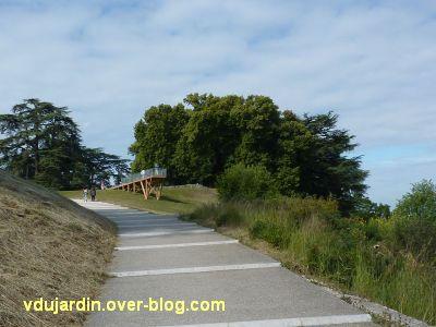 Chaumont-sur-Loire 2011, le parc, Tadashi Kawamata, 1, promontoire sur la Loire, vu du chemi n