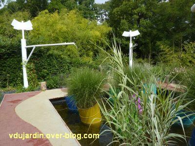 Chaumont-sur-Loire, festival 2011, le jardin 9, 2, le bassin avec les bidons colorés