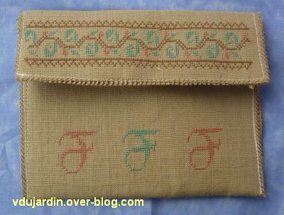 L'enveloppe brodée avec des F, le dos