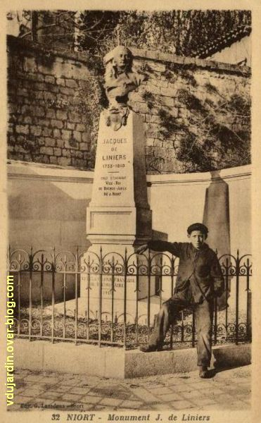 Niort, le monument à Liniers par Poisson, 1, vue sur une carte postale ancienne