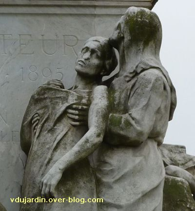 Paris, monument à Pasteur par Falguière, 07, la mère soutenant la fille mourante